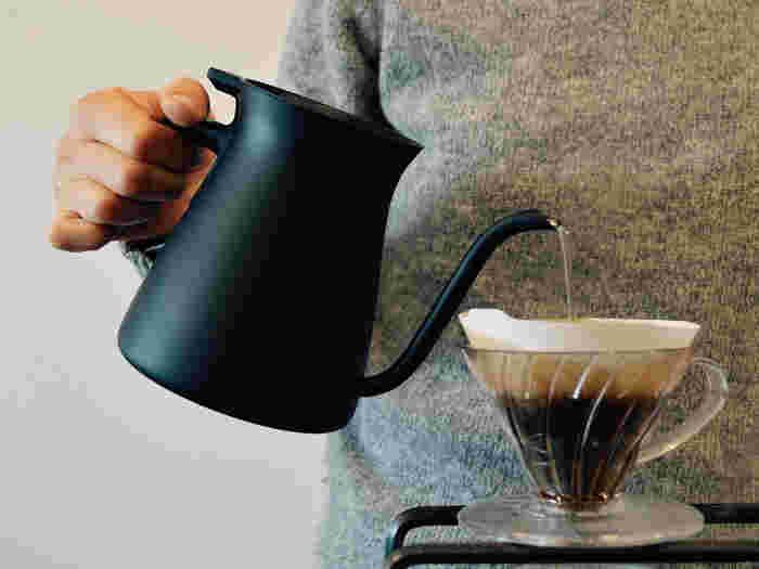 """コーヒーの味わいは、苦味と酸味のバランスで決まります。  その味を決めるのは、コーヒー豆。マンダリンやブルーマウンテン等、豆の種類によって、当然味は変わりますが、豆の挽き方や抽出方法、また""""焙煎(コーヒー豆の煎り方)""""によってもコーヒーの味は大きく変わります。"""