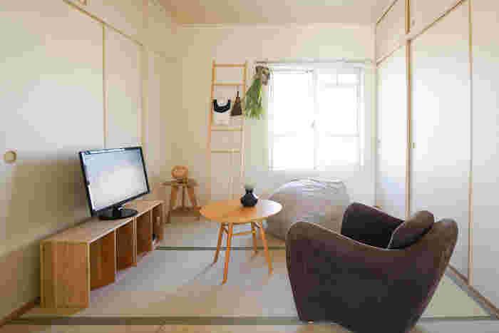 モダンなデザインで、存在感のある一人用の大きめソファーです。すっぽりと入って包みこまれるような安心感がありますね。背中側が低くなるデザインなので、圧迫感もありません。和室とモダンソファーが違和感なく馴染んでいます。