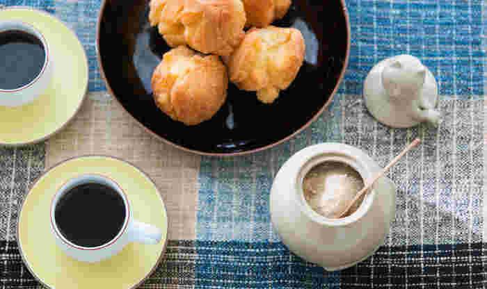 きび砂糖はコーヒーや紅茶に入れても美味しいですが、お菓子作りにも活躍してくれます。クッキーやドーナツなどは、きび糖で作るとほんのり優しい甘味に仕上がるんですよ。小さなお子様のおやつ作りにもピッタリです。