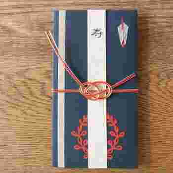 紙で包む文化は、祝儀袋やポチ袋など今でも継承されています。大切なモノを包むことから始まり、紙を折ってモノを作る文化へと変化し、折り紙という遊びができました。