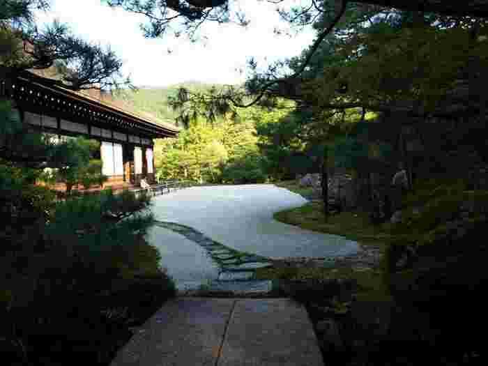 京都は名園の宝庫。南禅寺境内には素晴らしい庭園が数々ありますが、「金地院」方丈前の『鶴亀の庭』もその一つ。「金地院」の一番の見所です。  三代将軍・家光のために作られたこの庭は、小堀遠州が自ら設計したと伝わります。安土桃山文化の風格を備えた江戸初期を代表する枯山水庭園で、国の特別名勝に指定されています。【10月中旬の本堂「大方丈」(重文)と特別名勝の庭園。】