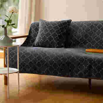 ブランケットとして使っても素晴らしいのはもちろんですが、シックでモダンな色と柄を活かして、ソファーカバーとして使っても素敵です。お部屋の雰囲気を替えたいときにおすすめです。