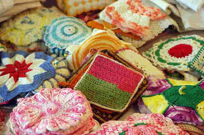 少ない毛糸で編むことができるアクリルたわしは、余った毛糸を有効活用できるので使い切りたい毛糸があるときにも便利。時間をかけずに編みあげることができるのも嬉しいポイントです。  基本の編み方を1パターン覚えると、糸の色や種類をかえるだけで印象の違う作品を作ることができますよ。