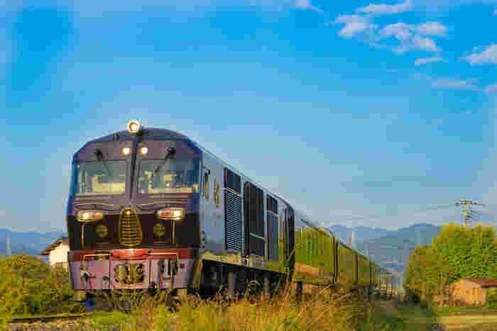 豊かな自然が魅力の九州は、素敵な観光列車が多いことで知られています。JR九州の観光列車は工業デザイナー・水戸岡鋭治さんがデザインを手がけた列車が多く、斬新でいて繊細な美しさは多くの人々を魅了し続けています。