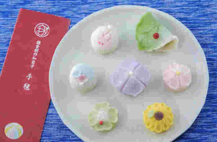 次にご紹介するのは、和菓子の手作り体験です。教えてくださるのは、鎌倉・坂の下にある創作和菓子の「手毬」。手毬の和菓子は伝統とモダンを取り入れた美しさが評判となり、メディアにも多数とりあげられ、パリのJapan Expoへの出展やアメリカ大使館からの特注を受けるなど、海外からも大人気です。