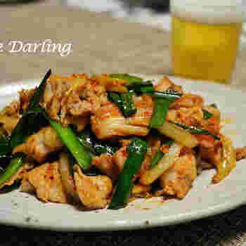 キムチと豚肉を使った定番スタミナメニュー。冷蔵庫に余っている野菜もたっぷり使って作れば栄養も◎ キンキンに冷やしたビールとともに召し上がれ。