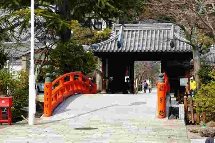 源平の合戦ゆかりのお寺「須磨寺(すまでら)」。境内へは龍華橋(りゅうげばし)を渡って向かいます。
