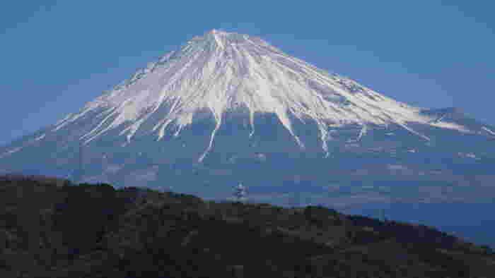 年間320万人にも及ぶ「富士川楽座」の集客の秘密は、世界遺産・富士山の絶景です。【「展望ラウンジ」からの眺め】