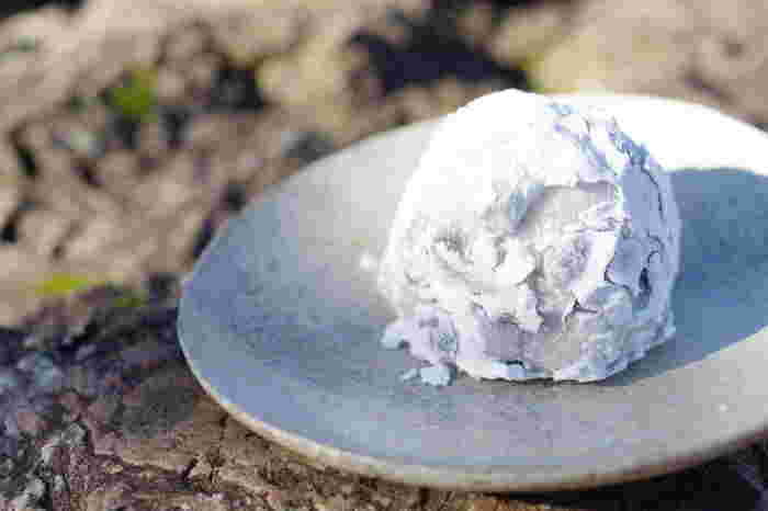 群林堂の豆大福は、餅に打ち粉がたっぷり塗られているのが特徴。その餅の中には、赤えんどう豆とたっぷりの粒あんが入っています。