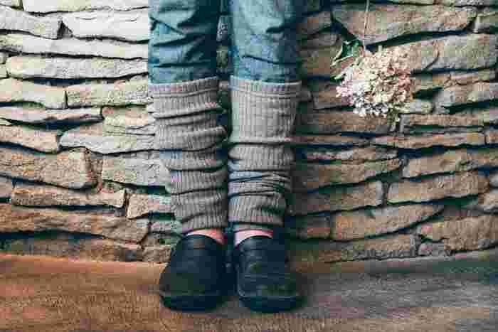 ウールを100%使用したレッグウォーマーは、靴下やタイツの上から気軽に履ける手軽さや、足首からの隙間風を防備してくれるので冷えにも効果的です。締めつけ感もないのでそのまま眠りについてしまっても◎