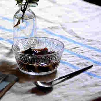 """フィンランド語で""""しずく""""という意味を持つ、iittala(イッタラ)の「Kastehelmi(カステヘルミ)」。 朝日を浴びてきらめくたくさんの真珠のような草露からインスピレーションを得て模様は、瑞々しさを連想させます。 ヨーグルト、ゼリー、アイスなどのデザートや、フルーツ、お料理の小鉢として、またお菓子を入れる容器としても使用できるボウルです。 光が映り込むと、煌びやかでとっても綺麗ですよ。"""