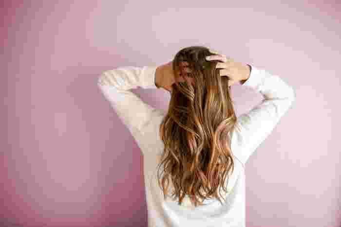ブラシだけでは補いきれない髪の毛の傷みには、洗い流さないタイプのヘアオイルやトリートメントなどを使うのもアリ。乾いた髪の毛に使うタイプや濡れた髪の毛に使うタイプなど、商品によって使い方が変わりますので、使う前には説明書きをよく読んでおきましょう。