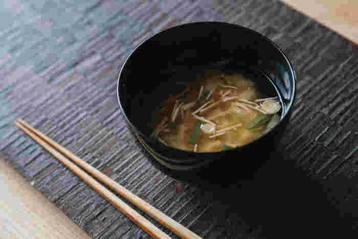 日本の伝統的な家庭料理といえばお味噌汁。海外旅行に行って帰ってきたときに、だしの効いたお味噌汁を飲んでほっとしたという方も多いのではないでしょうか。毎日のように食卓に並ぶお味噌汁をおいしくするお味噌と、おすすめのおだしを併せてご紹介します。