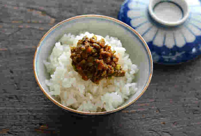 """山菜の中でも、最も早くから味わえる""""ふきのとう""""。こちらは、ご飯のお供として作っておきたい""""ふきのとう味噌""""のレシピです。苦味が魅力のふきのとうと甘めの味噌味にご飯が進みます♪"""