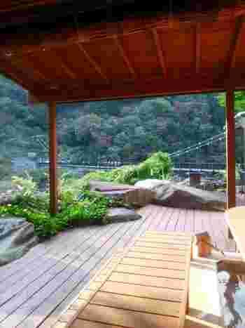 カフェは、ホテルサンシャイン鬼怒川の敷地内にあります。足湯のあるウッドデッキからは、先ほどご紹介した「鬼怒楯岩大吊橋」も一望できる最高ロケーション。