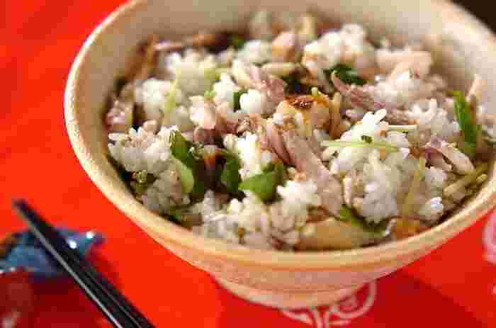 アジの干物を使った簡単混ぜご飯。干物には塩分が含まれているので、調味料を加えなくても美味しい混ぜご飯が作れます。アジの干物をグリルでこんがり焼いて、ゴマと三つ葉と一緒にご飯に混ぜ込みます。三つ葉がアクセントの風味豊かな混ぜご飯の完成。