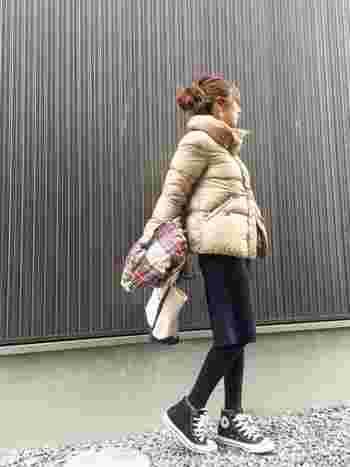 本格的な防寒仕様のアウトドアブランドのダウンジャケットや、ちょっと高めのダウンジャケットはやっぱり暖かいですよね♪ 1枚持っていると、冬の長時間のお出かけ時にも重宝するのでとっても便利♪ カジュアルやスポーティーなスタイルはもちろん、意外とスカートにもマッチするので、この冬はぜひ色んなコーデを試してみてくださいね♪