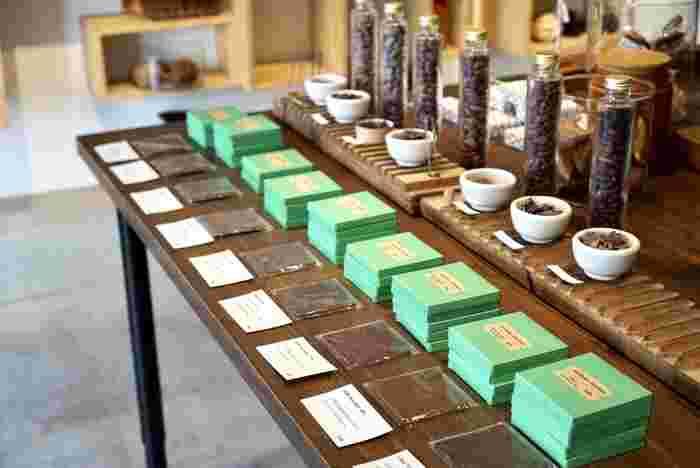 産地別にディスプレイされたチョコレートの数々。似ているようで違う、それぞれのチョコレートの特徴を知ると、さらにおいしさが深まりますね。淡いグリーンのパッケージもステキ。
