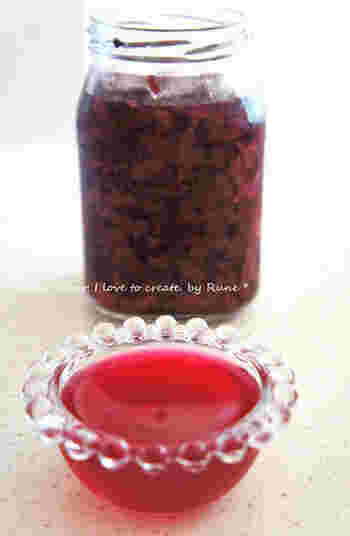 鮮やかな赤、シソの香りのドレッシングは、おもてなしのお料理にも喜ばれそう。ソーダで割って、ビネガージュースとして飲んでも美味しいドレッシングです。