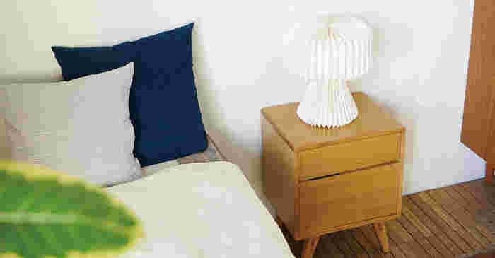 木の家具は、大きく2種類に分けることができます。ひとつは「無垢材(むくざい)家具」。もうひとつは「突板(つきいた)家具」と呼ばれるものです。まずはお手持ちの家具がどちらなのかを知っておくことが、適切なお手入れを始めるための第一歩です。
