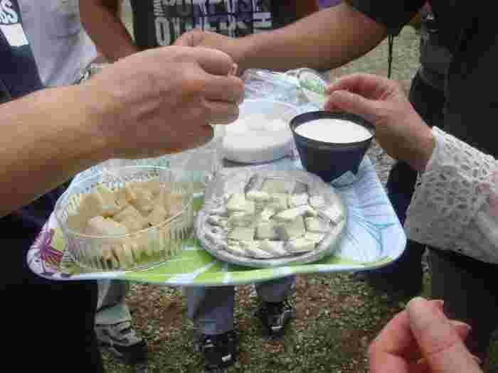 カップに入っているチーズは「ゆきやなぎ」。豆腐のような柔らかさが特徴で、スプーンで頂くほどの柔らかいチーズです。チーズなのにミルクの風味豊かな味わいが人気を集めています。