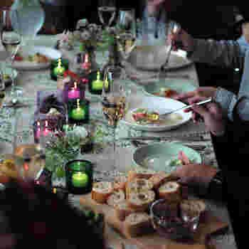 大切な家族や仲間が集まるホームパーティー。テーブルの上にキャンドルを灯してみませんか?iittala (イッタラ)とmarimekko (マリメッコ) がコラボレーションして生まれたKivi (キビ) キャンドルホルダーが、普段の食卓を特別なものに変えてくれます。