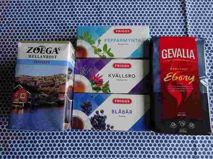 スウェーデンのコーヒーは家族からいつも「現地で必ず買って来て!」とお願いされるお土産の1つです。  スウェーデンとコーヒーはあまり結びつきが感じられないワードの組み合わせかもしれませんが、スウェーデンは世界でも有数のコーヒー消費国。そのため、コーヒーの種類も日本以上に豊富です。スーパーに行ったら棚全部がコーヒーだった……ということもよくあります。  筆者がいつも買うのは写真左のZOEGA(ゾエガ)コーヒー。 主にスウェーデン南部を中心に愛されているコーヒーで、価格も日本のコーヒーよりも安価なのが魅力的です。  スウェーデンでは地域別に水の硬さが異なるためか、地域ごとに愛されているコーヒーが違うのだそうです。 訪れる地域別にコーヒーブランドが変わるのも楽しいですね。 ぜひ訪れた地域で多く飲まれているコーヒーをお土産にしてみてはいかがでしょうか♪