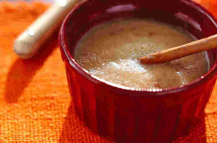 体や胃腸が疲れている時におすすめの甘酒スムージー。栄養成分たっぷりのシナモンスティックがアクセントになっています。