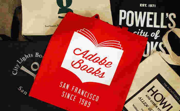 そんな<nostos>で、人気なのはニューヨークやサンフランシスコ、ロンドンなど、海外の有名書店から取り寄せたコットン素材のトートバッグ。大判の書籍もスッポリ入っちゃいます。肩から下げると、スッと背筋が伸びるほど、鮮やかなコントラストが素敵ですね♪