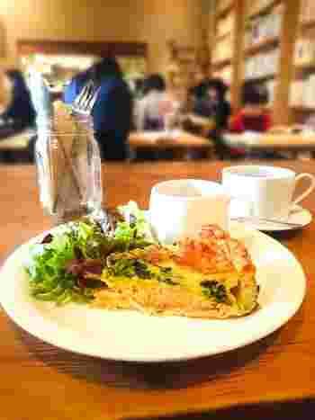 今なお、世界中の推理小説ファンを魅了するアーサー・コナン・ドイルの小説「シャーロック・ホームズ・シリーズ」の中で、登場した料理について書かれています。 「ビールのスープとサーモンパイ」は、ホームズとワトソンの下宿先のハドソン夫人が作った料理です。脂の乗ったサーモンとほうれん草のサクサクしたパイと、独特な味のビールのスープ。