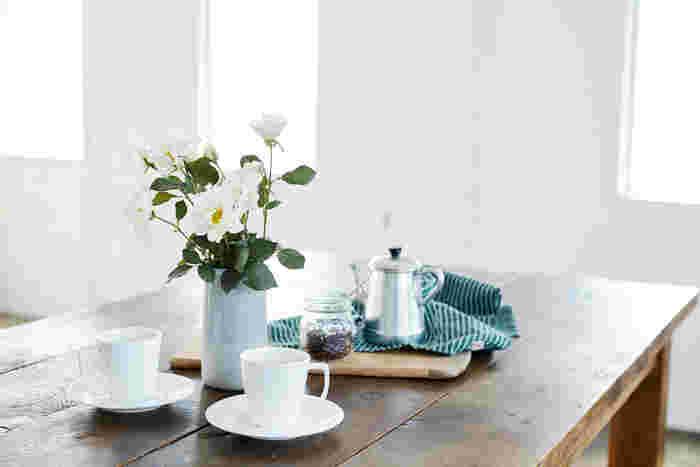 イノセントな白いバラ「ウェディングドレス」は、ナチュラルな花瓶にお似合い。テーブルに置けば、コーヒータイムがぐっと華やぎます。