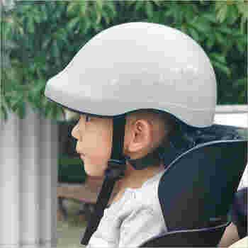 チャイルドシートにお子さんを乗せる時も、ヘルメットは必須です。ママやパパとお揃いのシックなカラーでお出かけしましょう♪