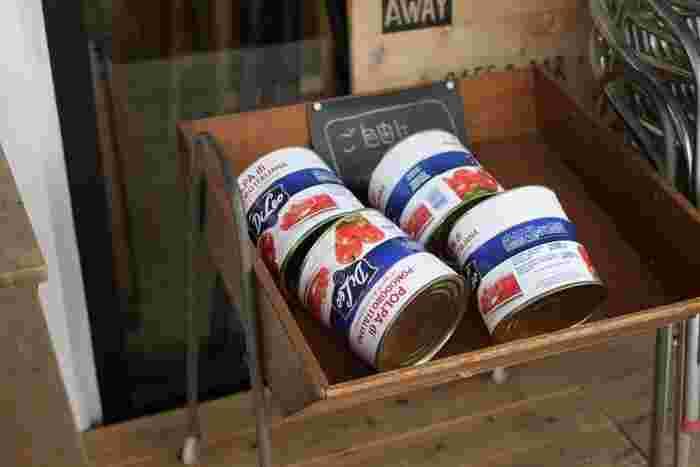 トマトソースのレシピはトマト缶を使う物もあります。トマト缶に使われる種類と日本で栽培されているトマトは異なるので、味わいも違ってきます。トマトソースは、トマト缶で作ると濃厚になり、生のトマトから作ると爽やかな酸味のあるソースに仕上がります。