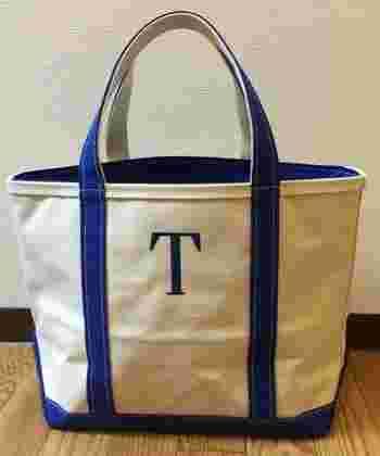例えば、大きなトートバッグは持ち手と刺繍が同系色のアルファベット1文字にすると、飽きがこず、長く使える定番のママバッグに。子どもたちの荷物もたっぷりと入ります。