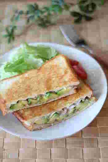 アボカドと生ハムの鉄板コンビをホットサンドに。柔らかな食感と塩気にカリッとした食パンの食感がプラスされます。