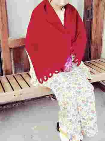 大判のストールをサラリと羽織ると、着物の印象がガラリと変わって、楽しいコーディネートが楽しめますが、真冬となると、ストールだけでは寒すぎて…。京都では観光客の方向けの着付けサービスが大人気ですが、一番底冷えが厳しい1月末から2月に震えながら歩いている方を度々見かけて気の毒になることも。