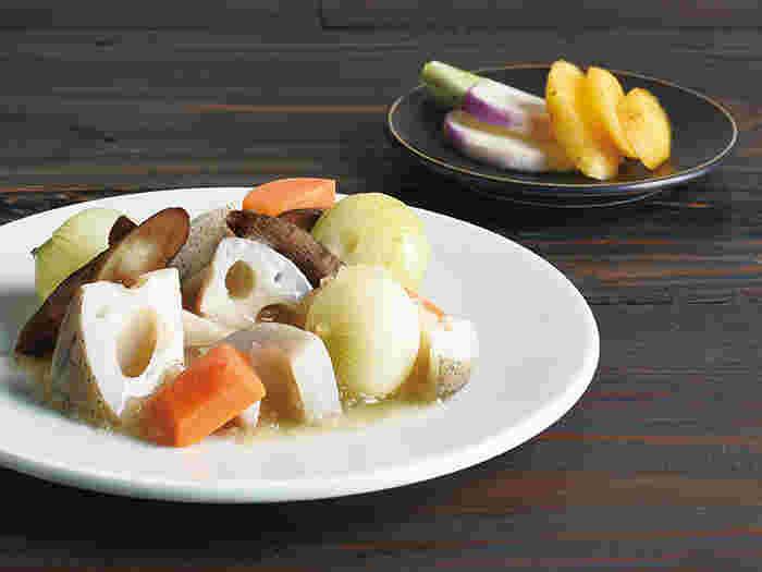 KINTOの「HIBI」は、日々の食卓に合うことをめざして作られた、シンプルな和食器のシリーズ。釉薬を施した磁器のプレートは適度な厚みがあり、汁気のある料理も盛りつけられるよう中心がわずかにくぼんでいます。2サイズのプレート、飯碗、漆椀、箸置きまで同一ラインで揃えられますよ。