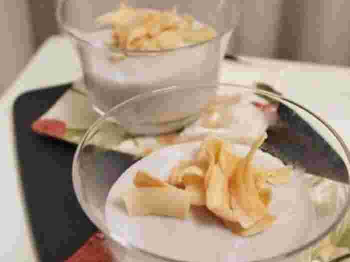 ココナッツミルクを使ったハワイアンなデザートはいかが?仕上げにココナッツチップをトッピングすれば、2つの異なる食感が楽しめます。固まりやすいので、器に素早く入れるのがポイント!