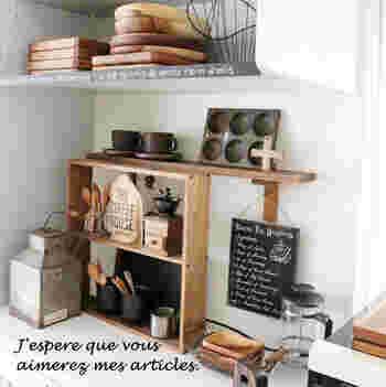 小ぶりのウォールラックを壁に取り付けず、キッチンカウンターの上に置いている実例。小さな食器などを飾りながらしまうのにいいですね。こちらではカップ&ソーサーやカトラリー収納に活用しています。