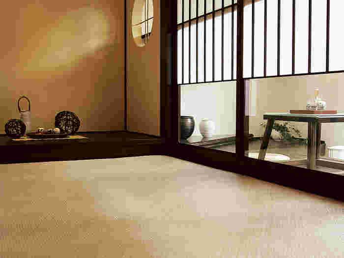 吸湿性・抗菌効果をもつ籐のラグマット。籐は製品になったあとも内部の気泡が空気中の水分を出し入れして呼吸を続けるので、夏でもひんやりと快適。シンプルなデザインのラグマットなら、和室はもちろん、北欧インテリアなどの洋室にもマッチします。 TOAJIRO(籐あじろ)ラグマット/Re:CENO