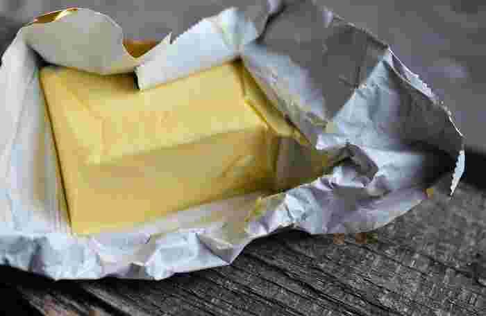 バターは溶け出すときに香りや風味が増すため、このときが最も美味しいといわれています。ただし高温には弱く、美味しさを保てるのは40度前後まで。それ以上になると、バターの組織が壊れて風味を失ってしまいます。逆に冷たすぎるとバターの味を感じにくいので、13~18度の状態が一番適度なのだそう。