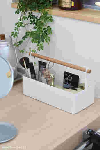 中を仕切っている透明の筒型の入れ物は無印のもの。ブラシ類やリップなどを立てて収納できて機能的ですね。