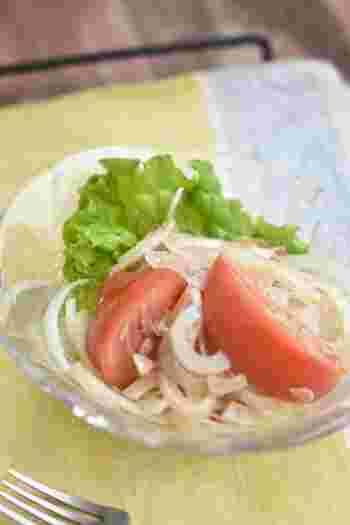 新玉ねぎのサラダを中華風にアレンジ。ささっと切って混ぜるだけなので感嘆♪ごま油の香りが食欲をそそります。