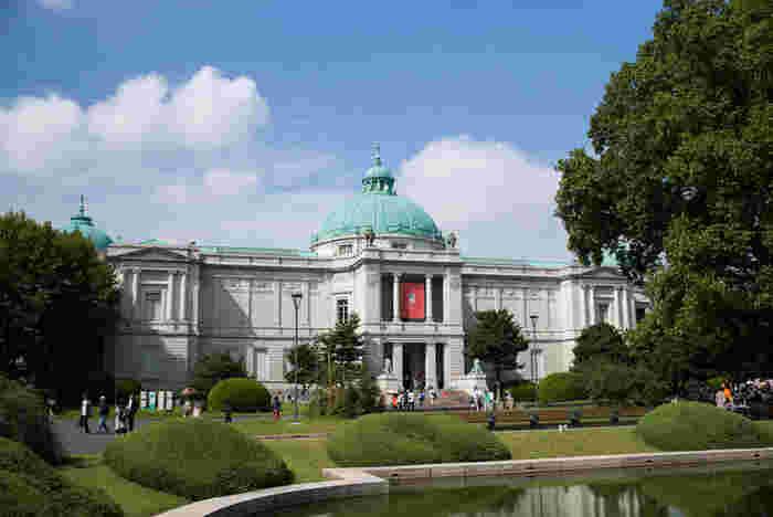 本館の斜向かいにある「東京国立博物館表慶館」です。1909年に開館、日本で初めての本格的な美術館と言われています。設計は、東宮御所(現在の迎賓館)などを手がけた宮廷建築家・片山東熊氏。美しいドーム屋根が特徴です。1978年に重要文化財に指定されました。時期により展示を行なっていない場合もありますが、この素敵な外観だけでも観に行きたいですね。