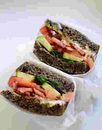 黒パンにギリシャヨーグルトなどをぬってはさみます。パンが黒なので、ヨーグルトや具材の色がより映えますね。とてもおしゃれ♪