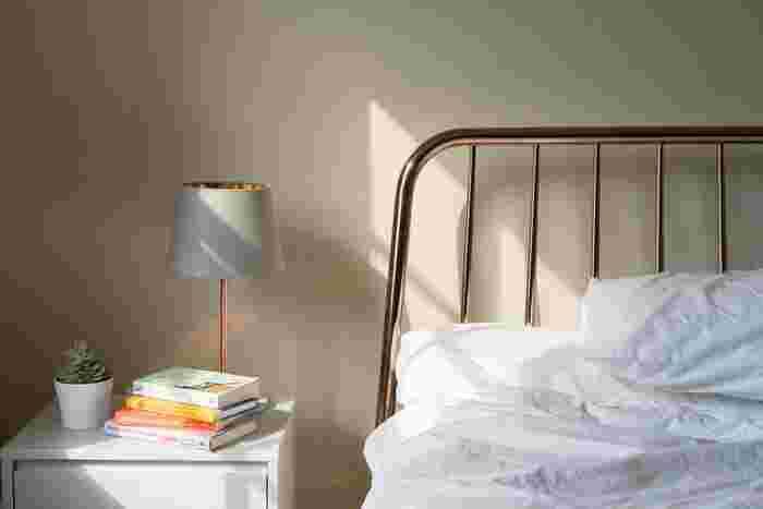 ベッドサイドテーブルを置いて、そこに小さめのインテリアグリーンを飾れば、みずみずしさを感じる豊かな空間に。人は眠っている間とても無防備な状態なので、ベッドサイドテーブルには、大きな家電やインテリアグリーンなど倒れると危険なモノは置かないようにしたいですね。
