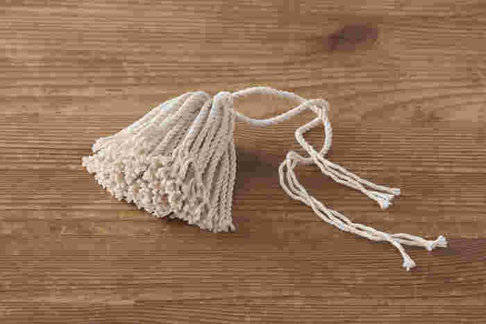 嬉しいことに糸の束は持ち手から取り外すことができるので、洗うことができ、毎回清潔に使えるうえに、別売りの「油引き 替え糸」もあるので古くなったら交換したり、お客様を招いてたこ焼きパーティーのときなど、中の糸を取り替えて使用すればきれいな油引きを使えて便利。