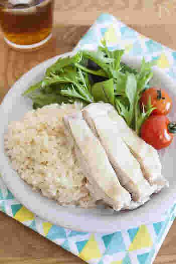 こちらは、フライパンでお米と鶏肉をいっしょに炊き込む方法。手軽で時短です。オイスターソースやナンプラーを使って炊き込む濃厚な味わいがたまりません。