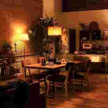レザーのような加工が施された紙のシェードは、独特のしわが温もりある空間を演出。食卓を照らすオレンジ色の光(電球色)は立体感を生み、料理をくっきりと美味しく見せてくれるんです。
