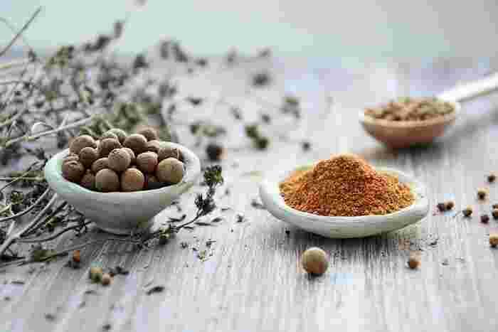 ナツメグは、甘く刺激的な香りが特徴。ジプシーには「夫婦をつなぎとめる力がある」といわれていたとか。味自体は、少しほろ苦さがあります。